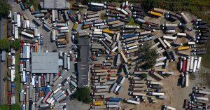 Caminhões parados em posto de combustível as margens da BR-116 no trecho da rodovia Presidente Dutra em Seropédica municipio da região metropolitana do Rio de Janeiro na tarde desta terça-feira.