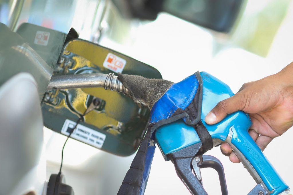O preço da gasolina é 1 dos afetados pela cotação do barril de petróleo