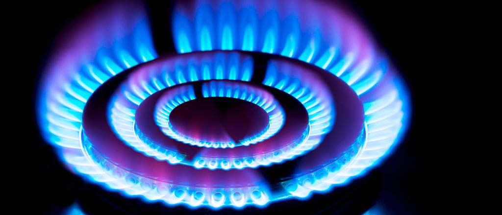 """O que é o GLP? Fonte: CBIE O Gás Liquefeito de Petróleo (GLP) é o gás armazenados no estado líquido em botijões ou cilindros, também conhecido como """"gás de cozinha"""". Ele é uma mistura de hidrocarbonetos leves gasosos, predominantemente propano e butano, podendo conter ainda etano e outros hidrocarbonetos. O GLP é produzido através do refinamento do petróleo cru ou extraído das reservas de gás natural nas Unidades de Processamento de Gás Natural (UPGNs) através da mistura de hidrocarbonetos líquidos. O GLP é considerado uma das fontes mais seguras e menos poluentes de energia, por ser composto por gases que não contribuem para o efeito estufo e nem para a poluição da atmosfera. Para que ele possa ser armazenado em botijões, o GLP é armazenado sob um certo grau de pressão em estado líquido, e durante o uso, o conteúdo retorna ao seu estado gasoso. Ademais, ele é mais pesado que o ar. Dessa forma, em caso de vazamento em ambientes fechados, o GLP se acumula próximo ao solo. Por medida de segurança, antes de ser entregue ao consumidor, é adicionado odor ao GLP, já que por natureza ele é inodoro e inflamável. Dessa forma, os consumidores são capazes de identificar um vazamento. No Brasil, além do uso residencial, o GLP também é utilizado no agronegócio, indústria, hotelaria, hospitais, restaurantes, entre outros. Por ser armazenado em botijões, o GLP é o combustível com maior alcance em território nacional, devido a facilidade de transporte. Ele pode ser encontrado em recipiente de diversos tamanhos, inclusive em tanques de grande capacidade, e pode ser transportado em caminhões, o que permite que ele atinja locais isolados. O GLP é vendido a Kcal/Kg e tem preços mais flexíveis. O Conselho Nacional de Política Energética (CNPE) estabeleceu o preço do GLP P-13 (gás de cozinha) como sendo menor que o do GLP para uso industrial e comercial, por se tratar de uma política energética de interesse nacional. Segundo a Petrobras, o preço do GLP vendidos às distribuidoras tem como"""